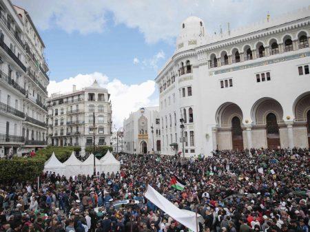 """Congresso elege presidente interino da Argélia e estudantes exigem: """"fora todos!"""""""