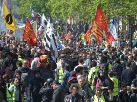 """Coletes Amarelos denunciam """"diálogo fake"""" de Macron e exigem sua renúncia"""