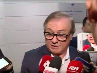 Bolsonaro demite Vélez pela imprensa; ministro diz que não entrega o cargo