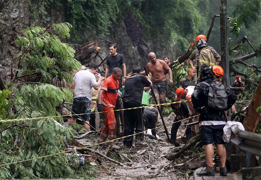 Resultado de imagem para mortos chuvas no Rio
