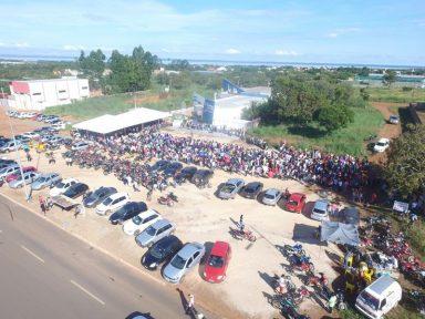 Multidão forma fila gigante por emprego em Palmas