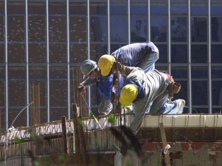 Monitor do PIB: economia cai 0,4% em fevereiro