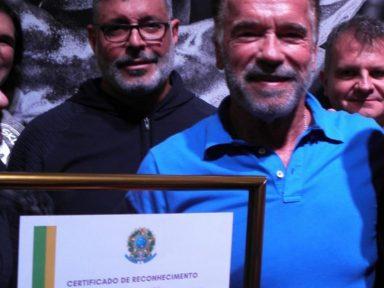 Alexandre Frota entrega prêmio de Bolsonaro para Schwarzenegger