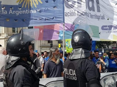 Argentinos tomam as ruas da capital contra cortes de Macri nos programas sociais