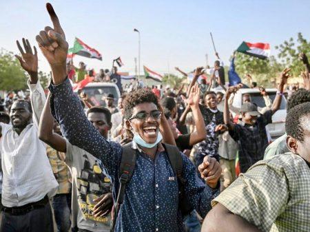 Sudaneses acampam na capital para garantir a formação do conselho civil-militar