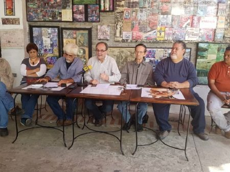 """Ex-ministros de Chávez rechaçam golpismo de Guaidó e exigem de Maduro """"referendo já"""""""