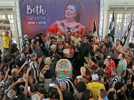 Despedida de Beth Carvalho é marcada por samba e homenagens de amigos e fãs
