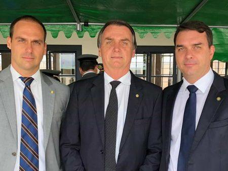Bolsonaro condecora seus filhos duas vezes em menos de um mês