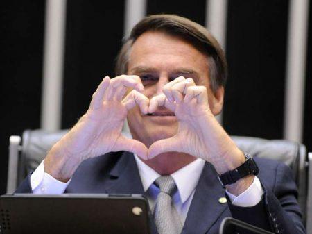 """Bolsonaro para Olavo de Carvalho: """"um ícone, continuo admirando"""""""