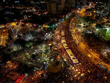 Mais de um milhão de pessoas saem às ruas em defesa da educação brasileira