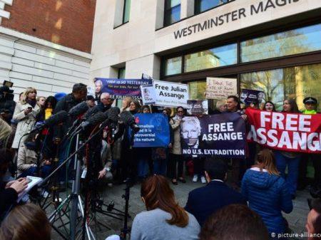 Submisso a Trump, tribunal inglês condena o jornalista Assange a um ano de prisão