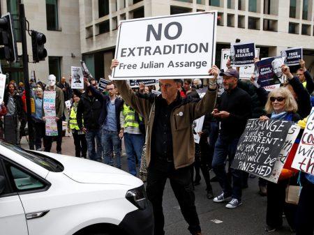 """Assange: """"eu não vou me render à extradição por fazer jornalismo premiado"""""""