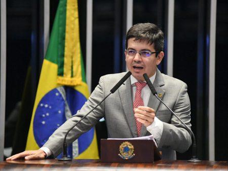 """Randolfe: """"Bolsonaro é contra tributar os ricos, mas é a favor de espremer os idosos"""""""