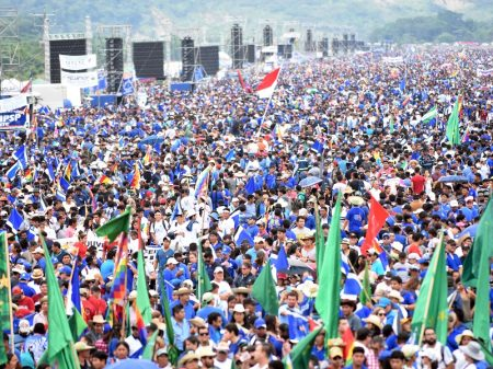 Multidão participa do lançamento da campanha de Evo à presidência