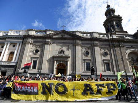 """Chilenos exigem o fim da previdência privatizada e do """"assalto às pensões"""""""