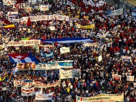 Cubanos marcham no 1º de Maio contra bloqueio e ingerência dos EUA na América Latina