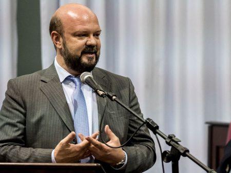 """""""É um elogio à ignorância"""", diz reitor da UFPR sobre ataque à faixa pela Educação"""