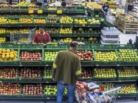 Vendas do comércio caem 4,5% em março, diz IBGE
