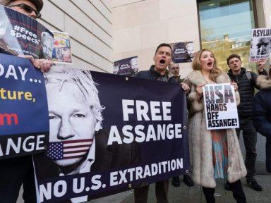 """""""EUA pede extradição de Assange para intimidar jornalistas"""", denuncia Pilger"""