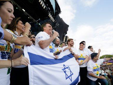 Depois de dizer que ama Israel, Bolsonaro discursa segurando sua bandeira