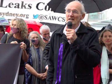 Pai de Assange denuncia que prisão agrava saúde do jornalista