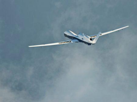 Irã derruba drone espião dos EUA que invadiu seu espaço aéreo