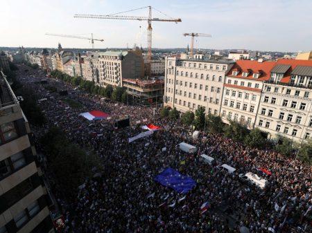 Multidão em Praga exige a renúncia do 'Berlusconi' checo