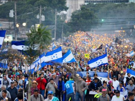 Hondurenhos exigem fim de decretos de privatização da saúde e educação