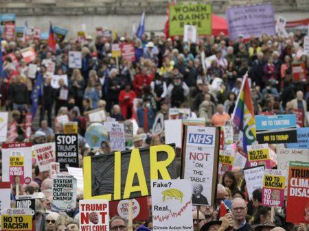 Londres: Trump abrilhanta velório político de May e é repudiado nas ruas