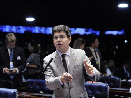 """""""Bolsonaro tem que explicar os 39 kg de cocaína no avião da FAB"""", cobra Randolfe"""