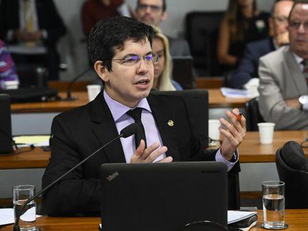 """""""Bolsonaro é só afago com os ricos"""", diz Randolfe"""