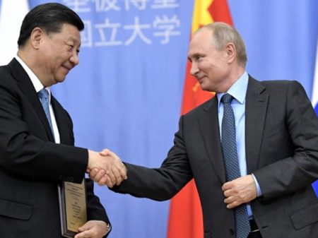 Dólar fora: Rússia e China concordam em comercializar em rublos e yuans