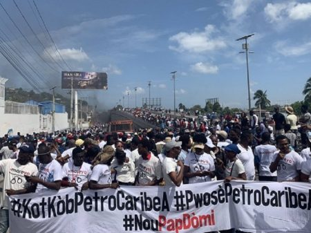 Haitianos exigem saída de governo de arrocho e corrupção
