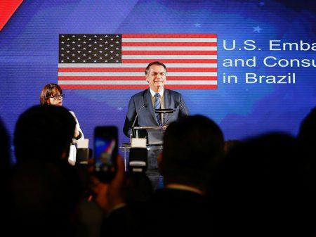 Para adular Trump, Bolsonaro vai à festa de 4 de julho na embaixada dos EUA