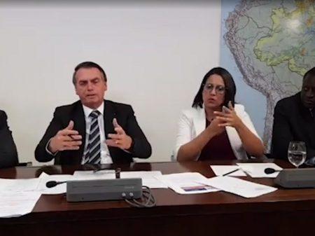 """""""Quero beneficiar meu filho, sim"""", admite Bolsonaro"""