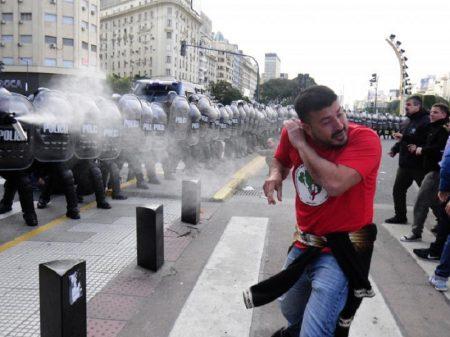Macri reprime ato contra a fome no dia da Independência da Argentina