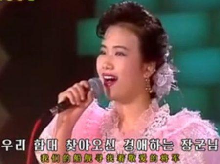 """Cantora norte-coreana """"fuzilada"""" reaparece com boa saúde"""