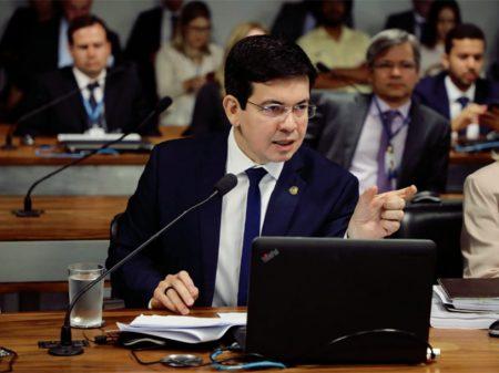 """""""Bolsonaro quer fazer do governo o quintal da sua casa"""", afirmou Randolfe"""