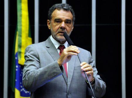 Bolsonaro compra votos para impedir o pobre de se aposentar, denuncia líder do PCdoB