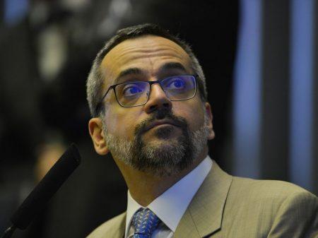 """Ministro da Educação se enrola com """"acepipes"""" e """"asseclas"""""""