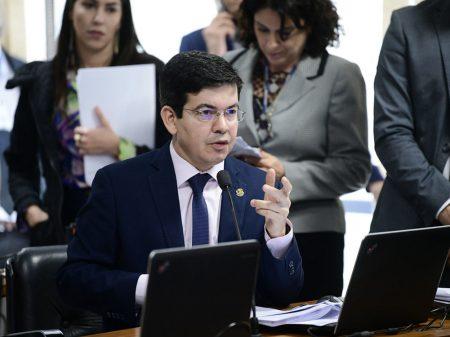 """Randolfe: """"nomeação do filho de Bolsonaro é nepotismo descarado"""""""