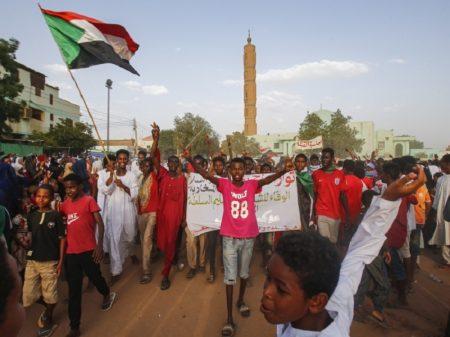 Sudaneses celebram acordo com formação de Conselho de maioria civil