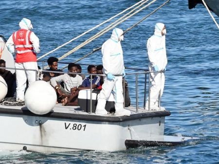 27 menores descem em Lampedusa após duas semanas aguardando a bordo do Open Arms