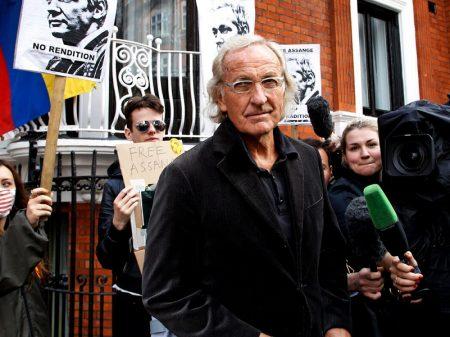 Pilger: Assange está sendo 'tratado pior que um assassino'