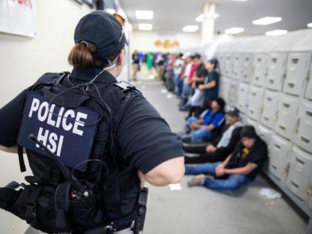 Polícia de Trump cerca fábricas no Mississipi e prende 680 operários imigrantes