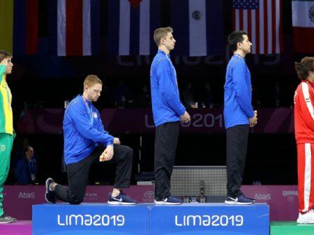 Atletas dos EUA protestam contra racismo de Trump durante premiação do Pan