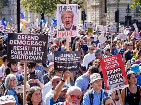 """Britânicos repudiam suspensão do Parlamento: """"Parem o golpe, fora Boris!"""""""