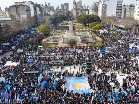 Argentinos marcham contra fome exacerbada pelo governo Macri