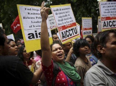 Atos na Índia repudiam retirada de autonomia da Caxemira