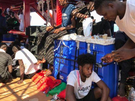 Navio Ocean Viking desembarca em Malta 356 imigrantes resgatados